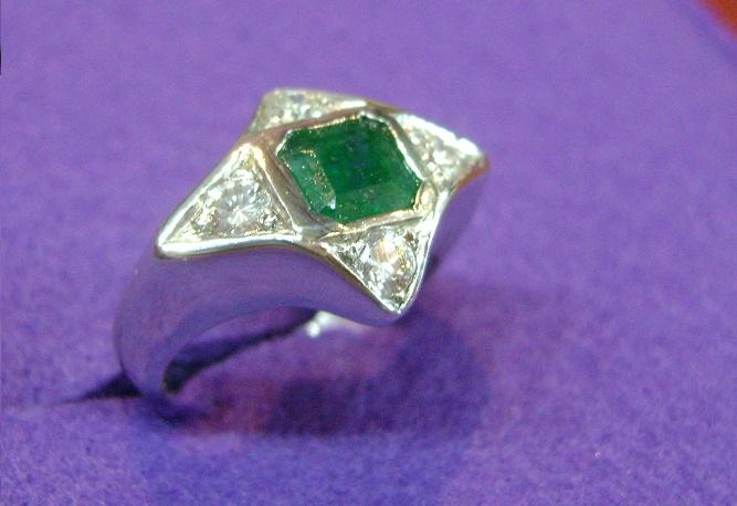 Anello Design con Smeraldo e Diamanti