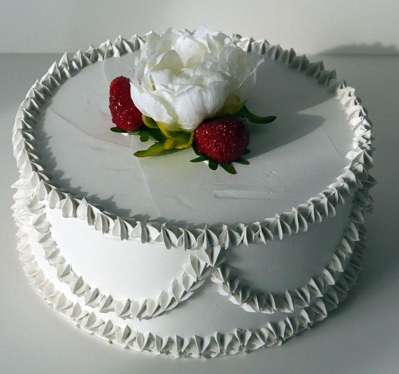 torta bianca con fiore e fragole