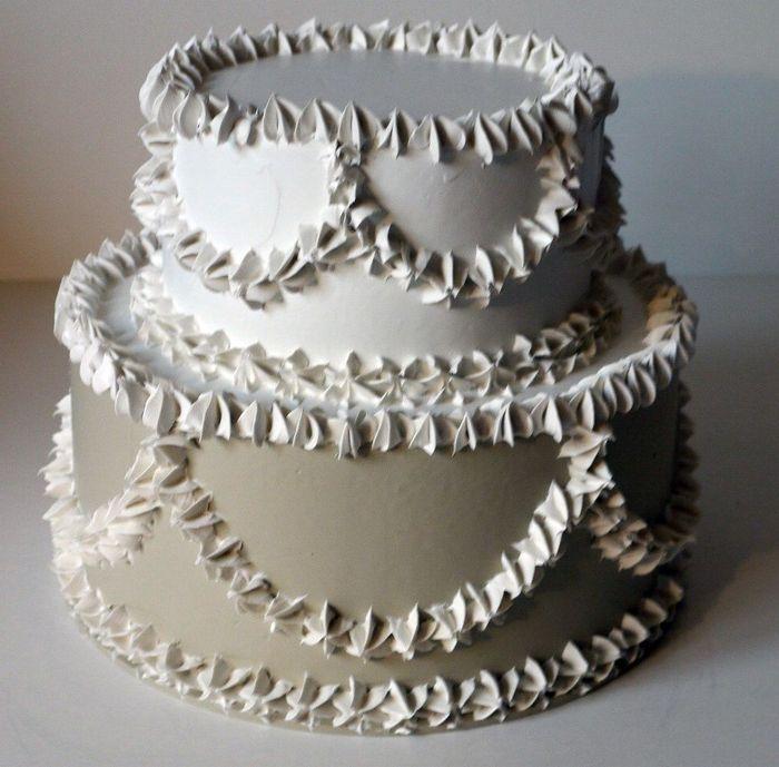 torta a 2 piani  bianco e avorio, diametro 22 cm., personalizzabile