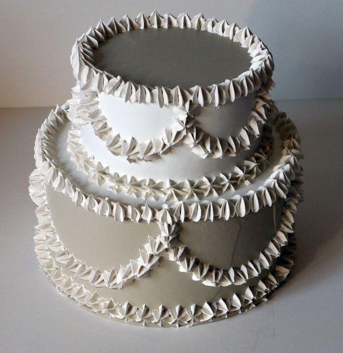 torta decorativa a 2 piani colore bianco e avorio, diametro 22 cm., personalizzabile con fiori o frutti su richiesta
