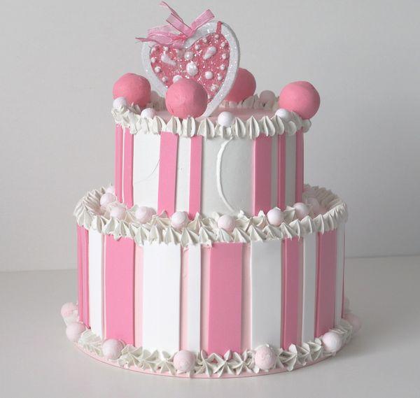 torta a due piani bianca e rosa