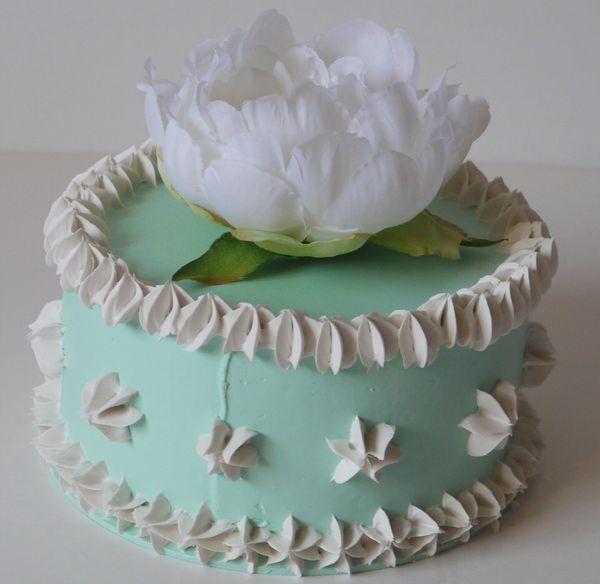 Piccola torta (diametro 15 cm.) verde con fiore bianco