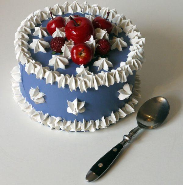Piccola torta (diametro 15 cm.) oltremare con frutta rossa
