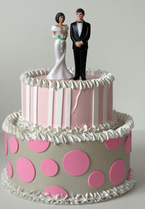 torta a due piani rosa e avorio,decorazione sul top su richiesta