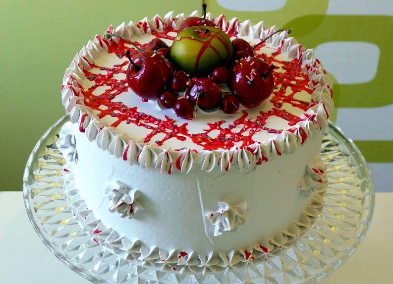 Torta finta bianca con frutta e glassa rossa