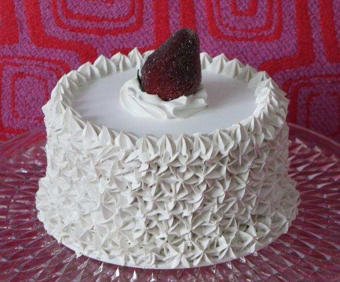 torta finta con panna e fragola zuccherata