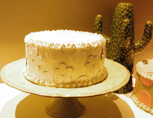 torta bianca con pois e fiori bianchi, diametro 20 cm.